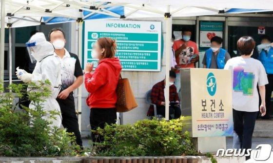 (인천=뉴스1) 정진욱 기자 = 인천 여성목사발 코로나19(신종 코로나바이러스 감염증) 확진자가 1일 오후 2시 기준 24명으로 늘어난 가운데 1일 오후 인천 미추홀구 보건소 선별진료소에서 시민들이 검체검사를 기다리고 있다.2020.6.1/뉴스1