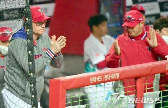 경기 중 선수단에게 박수를 보내고 있는 윌리엄스 감독(왼쪽). /사진=뉴시스
