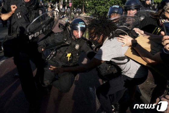 1일(현지시간) 백악관이 위치한 워싱턴D.C에서 시위가 벌어진 가운데 시위대와 경찰이 뒤엉켜 있다.© AFP=뉴스1