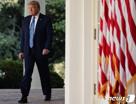 도널드 트럼프 미국 대통령이 1일(현지시간) 워싱턴 백악관에서 흑인 남성 조지 플로이드의 사망으로 촉발된 시위 관련 대국민 연설을 발표하러 나오고 있다. © AFP=뉴스1 © News1 우동명 기자