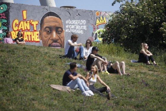 """지난달 31일(현지시간) 독일 베를린 장벽에 그려진 조지 플로이드 얼굴과 """"숨을 쉴 수 없다""""는 문구 그래피티/사진=AFP"""