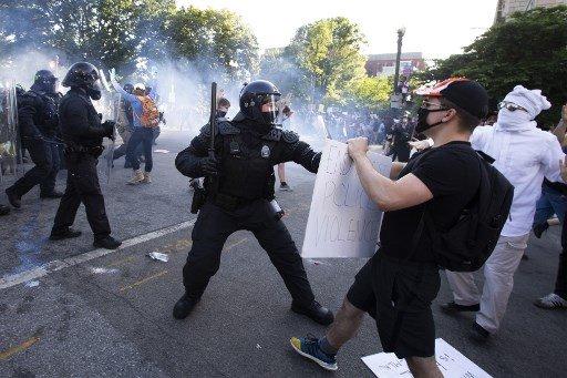 1일(현지시간) 백악관이 위치한 워싱턴D.C에서 벌어진 조지 플로이드 사망 항의 시위. 최루탄 연기가 보인다./사진=AFP