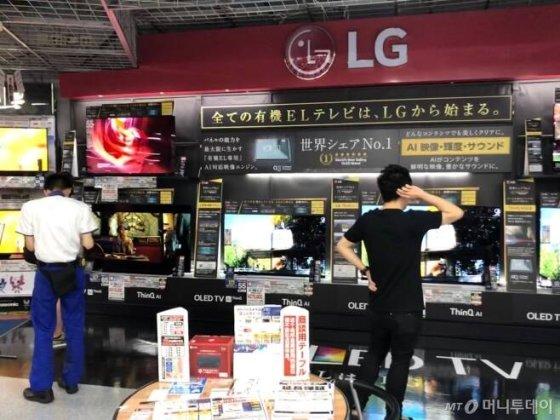 일본 도쿄 하라주쿠에 위치한 요도바시 카메라 아키바점에서 고객이 LG전자 올레드 TV를 살펴보고 있다/사진=이정혁 기자