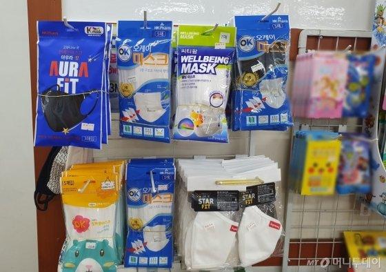 서울 강북구에 위치한 한 약국에서 덴탈마스크를 판매하고 있다./사진=한민선 기자
