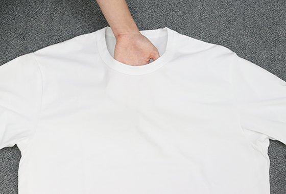 유니클로 에어리즘 코튼 크루넥 티셔츠 화이트 컬러의 비침 정도./사진=홍봉진 기자