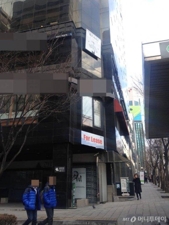서울 지하철2호선 역삼역 인근 빌딩에 임대 광고가 붙어있다. /사진=이재윤 기자
