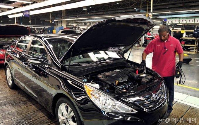 현대차 앨라배마 공장에서 한 근로자가 쏘나타의 엔진룸 조립 상태를 점검하고 있다. /사진제공=현대차