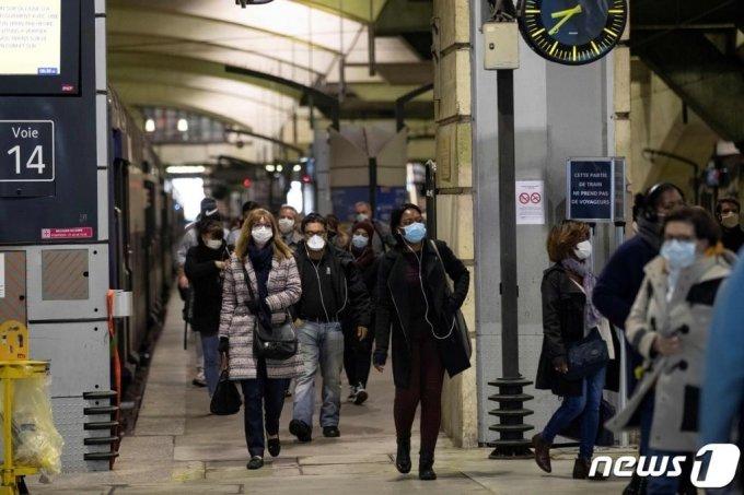 지난달 12일(현지시간) 코로나19로 내려진 봉쇄령이 완화되며 파리 몽파르나스 역에 마스크를 쓴 여행객들이 도착을 하고 있다. /사진=AFP, 뉴스1