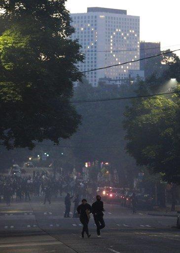 1일(현지시간) 미국 워싱턴주 시애틀시에서 시위대가 최루탄을 피해 달아나고 있다./사진=AFP