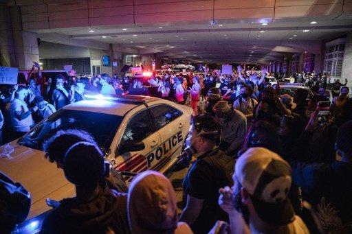 2일(현지시간) 미국 워싱턴DC 워싱턴컨벤션센터의 지하 터널을 시위대가 뚫고 지나가고 있다./사진=AFP