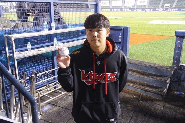 지난 5월 8일 두산전에서 데뷔승을 따낸 후 승리공을 들고 포즈를 취한 KT 소형준. /사진=김동영 기자<br /> <br />