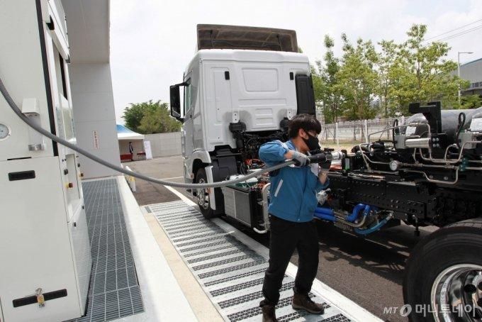 첫 상용차 수소충전소에서 차량에 충전하고 있는 모습/사진제공=현대차