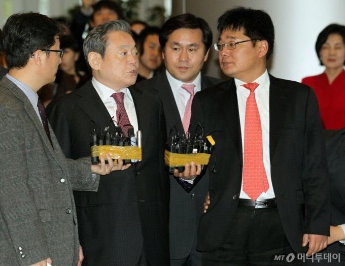 2011년 서초동 삼성전자 로비에서 자랑스런 삼성인상 시상직전 이건희 회장이 기자들의 질문을 받고 있다./사진=머니투데이 DB