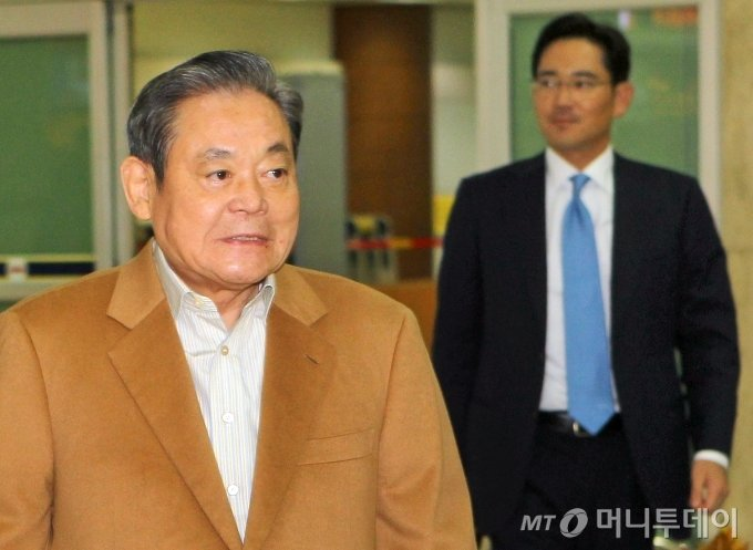 광저우 아시안게임 참관을 위해 방중했던 이건희 삼성전자 회장이 2010년 11월 17일 오후 서울 김포공항을 통해 장남 이재용 부사장 등과 함께 입국하고 있다. / 사진=이동훈 기자 photoguy@