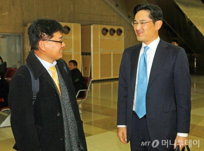 이재용 삼성전자 부회장(당시 부사장)이 2010년 11월 17일 오후, 광저우 아시안게임 참관 일정을 마친뒤 서울 김포공항을 통해 입국, 취재진과 이야기를 나누며 밝은 표정을 짓고 있다. / 사진=이동훈 기자 photoguy@
