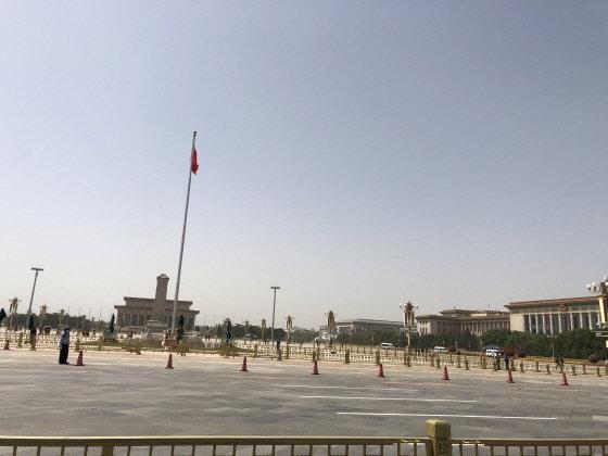 톈안먼 민주화시위 31주년 하루 전 톈안먼의 모습. 이 광장의 인민영웅기념비 탑은 학생 시위대의 최후 거점이었다./사진=김명룡