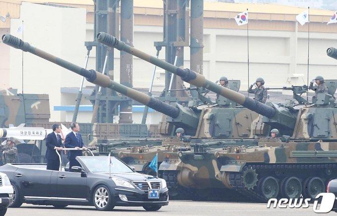 지난해 10월 1일 국군의 날을 맞아 대구 공군기지(제11전투비행단)에서 열린 '제71주년 국군의 날 행사'에서 문재인 대통령이 K-9 자주포를 살펴보고 있다. /사진=뉴스1