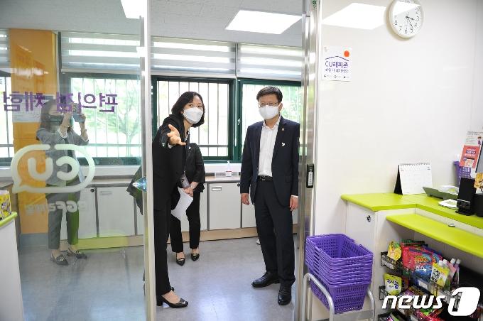 [사진] 발달장애인훈련센터 방역 점검하는 임서정 차관