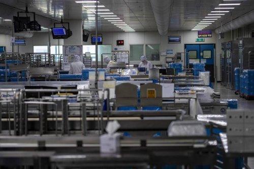 코로나19의 여파로 여객 운행이 급감한 2일 인천 중구 대한항공 기내식 센터에서 관계자들이 기내식을 만들고 있다. / 사진=인천=이기범 기자 leekb@