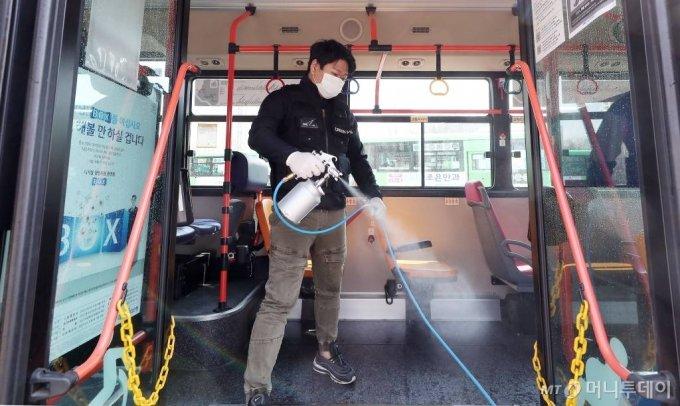 버스 방역작업 모습/사진= 김창현 기자