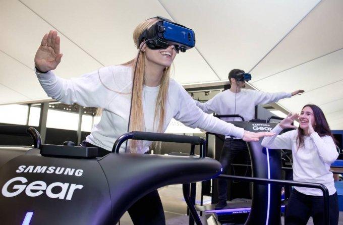 삼성전자 전시장에서 '기어 VR'을 체험하는 모습/사진제공=삼성전자