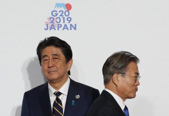 문재인 대통령(오른쪽)과 아베 신조 일본총리 /사진=AFP