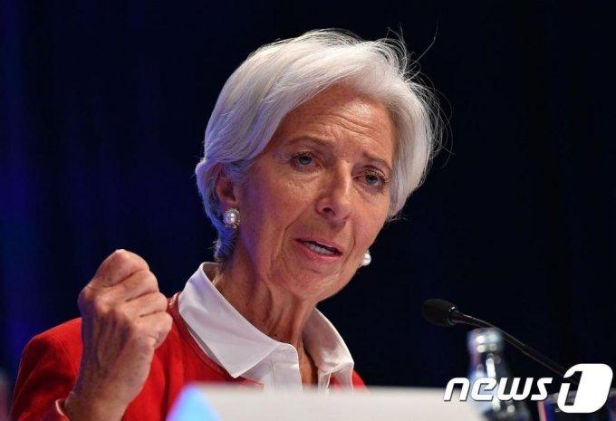 (워싱턴 AFP=뉴스1) 우동명 기자 = 크리스틴 라가르드 IMF 총재가 지난 4월 11일(현지시간) 워싱턴에서 열린 IMF-세계은행 회의에서 기자회견을 하고 있다. 라가르드 총재는 2일(현지시간) 브뤼셀에서 열린 임시 EU정상회의에서 차기 유럽중앙은행(ECB) 총재로 내정됐다.   ⓒ AFP=뉴스1
