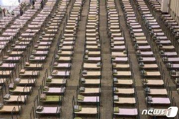 (우한 AFP=뉴스1) 우동명 기자 = 4일 (현지시간) 신종 코로나바이러스 감염증 발원지인 우한에서 전시장을 거대한 병원으로 개조해 환자를 받기 위한 병상이 설치되어 있다.  ⓒ AFP=뉴스1
