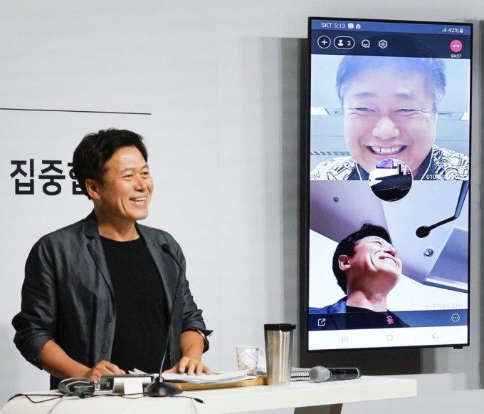 박정호 사장이 영상통화로 강종렬 ICT인프라센터장과 통화하고 있다./사진제공=SK텔레콤