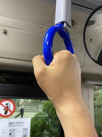 버스 손잡이 하나에 축 늘어진 몸을 실을만큼, 힘이나지 않았던 퇴근길./사진=남형도 기자 왼손