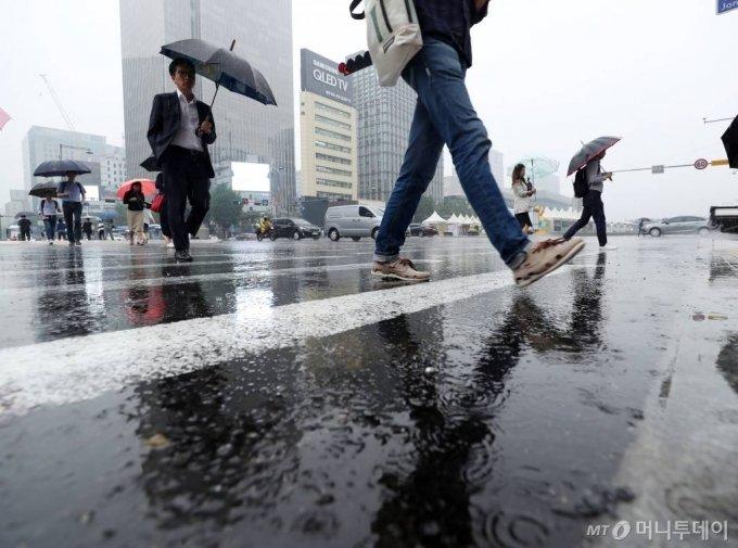 서울 광화문네거리에 시민들이 우산을 쓴 채 발걸음을 옮기고 있다. / 사진=김휘선 기자 hwijpg@