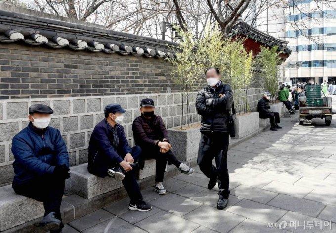지난3월 탑골공원 앞에서 시민들이 마스크를 착용하고 있다. /사진=뉴시스