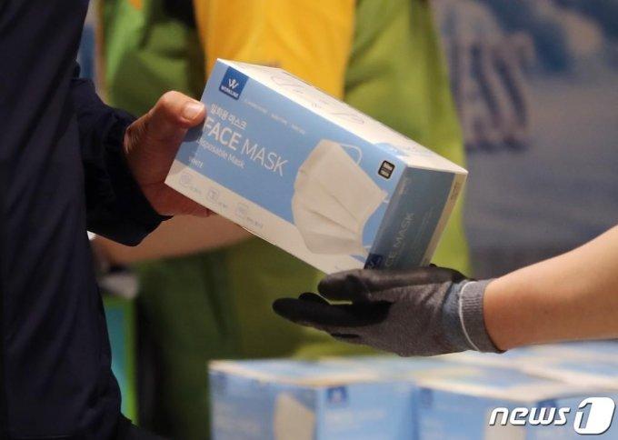(서울=뉴스1) 구윤성 기자 = 7일 오전 서울 노원구 이마트 트레이더스 월계점에서 시민들이 줄을 서서 일회용 마스크를 구매하고 있다. 2020.6.7/뉴스1
