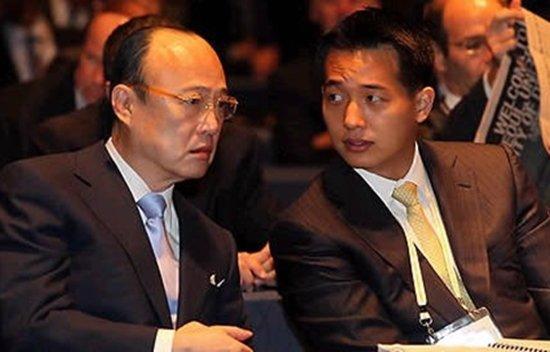 2010년 G20 비즈니스서밋 현장서 포착된 김승연 한화그룹 회장과 김동관 한화솔루션 부사장./사진=머니투데이DB