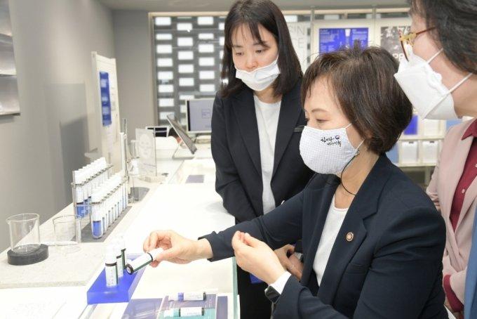 이의경 식품의약품안전처장이 지난 5월 29일 서울 명동 아이오페랩에 방문해 맞춤형 화장품을 살펴보고 있다./사진제공=식약처