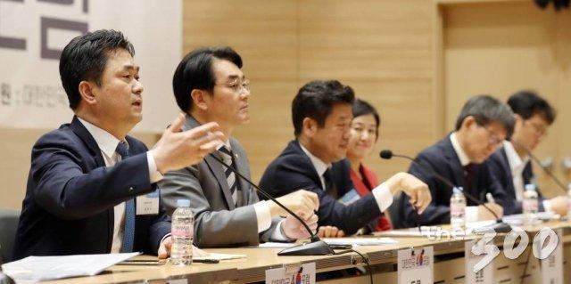 김종민 더불어민주당 의원(왼쪽)이 지난 5월 21일 서울 여의도 국회 의원회관 대회의실에서 열린 머니투데이 주최 새로운 21대 국회를 위한 '대한민국4.0포럼' 종합토론에서 발언을 하고 있다. /사진=이기범 기자.