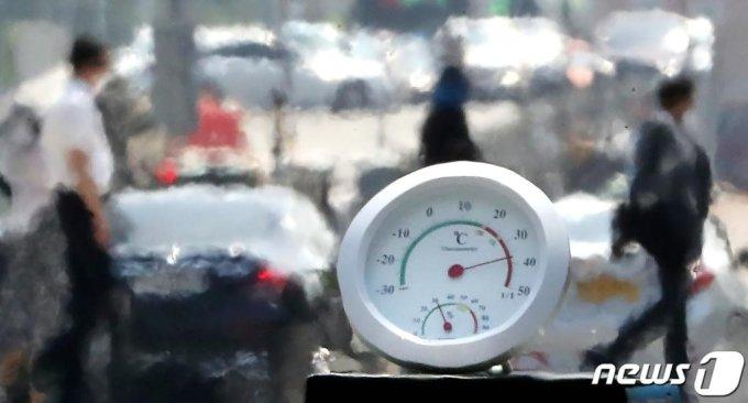 (서울=뉴스1) 이동해 기자 = 전국적으로 폭염주의보가 내려진 지난 9일 오후 서울 여의대로에 지열로 인한 아지랑이가 피어오르며 온도계가 40도를 가리키고 있다. 2020.6.9/뉴스1