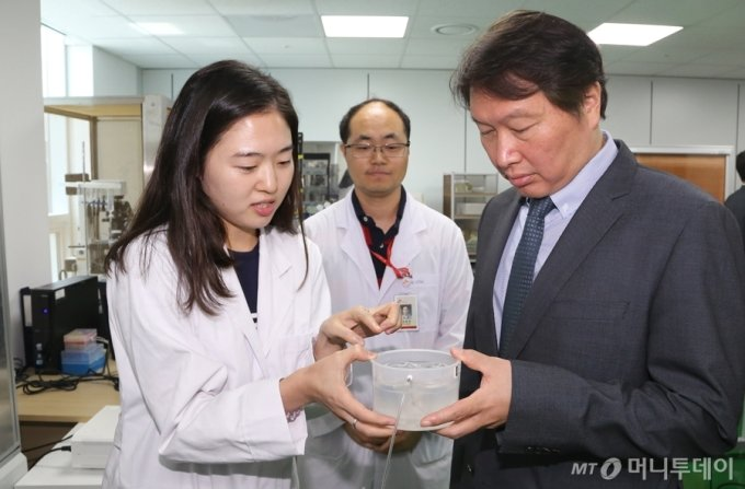 SK 최태원 회장이 8일 오전 경기도 판교에 위치한 SK바이오팜을 방문해 연구원과 함께 개발 중인 신약 물질을 보고 있다. / 사진제공=SK