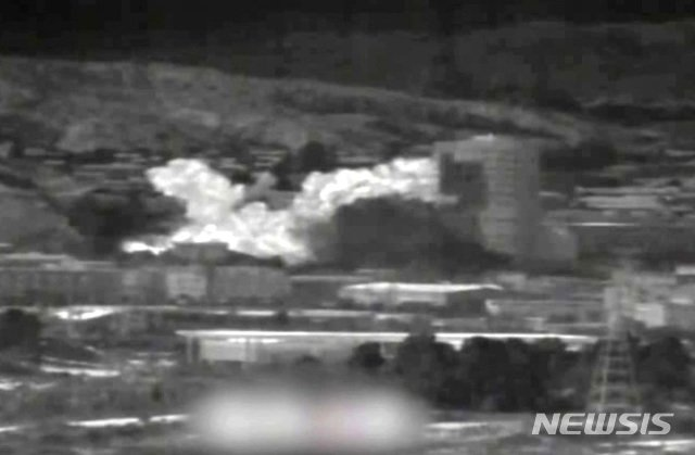 [파주=뉴시스] 북한이 개성공단 내 남북공동연락사무소 청사를 폭파한 것으로 알려진 16일 오후 경기도 파주시 접경지대 군 관측 장비에 개성공단 남북공동연락사무소 폭파 모습이 담겨 있다. 통일부는 북한이 이날 오후 2시 49분께 남북연락사무소 청사를 폭파했다고 밝혔다. (사진=국방부 제공) 2020.06.16.  myjs@newsis.com
