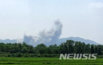[파주=뉴시스] 이호진 기자 = 16일 북한이 개성공단 내 남북연락사무소를 폭파한 것으로 확인된 가운데 파주 대성동 자유의 마을에서도 개성공단 방향에서 폭발음이 들린 후 연기가 올라오는 모습이 목격됐다. (사진=독자 제공) 2020.06.12.    photo@newsis.com
