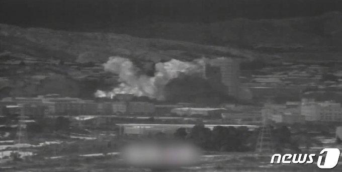 """북한이 개성공단 내 남북공동연락사무소 청사를 16일 오후 2시 49분경 폭파했다. 사진은 우리군 장비로 촬영된 폭파 당시 영상 캡쳐. 북한 조선중앙TV는 이날 오후 5시께 긴급 보도를 통해 """"개성 공업지구에 있는 공동연락사무소를 완전 파괴시키는 조치를 진행했다""""라고 밝혔다. (국방부 제공) 2020.6.16/뉴스1"""