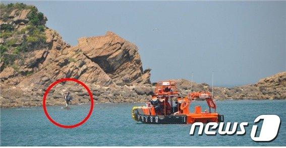 물때를 놓쳐 갯바위에 아슬하게 고립된 50대 D씨에게 해양경찰 연안구조정이 구조를 위해 접근하고 있다.  (제공=태안해양경찰서)© 뉴스1