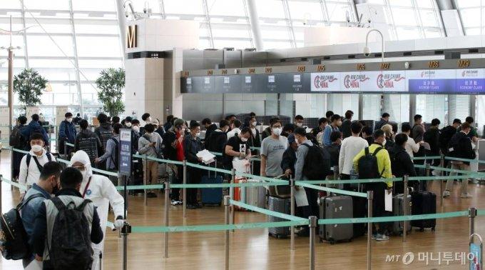 중국 톈진으로 출국하는 기업인들이 출국 수속을 밟고 있다. 2020.05.10./사진=뉴시스