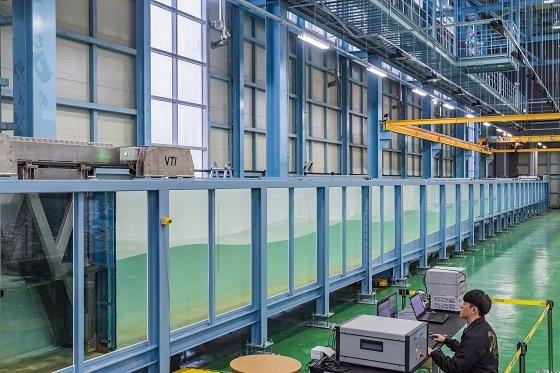 한국해양과학기술원( KIOST) 수리실험동에 설치된 단면(2차원, 길이 50m·너비 1.2m·높이 1.5m) 조파수조/사진=KIOST
