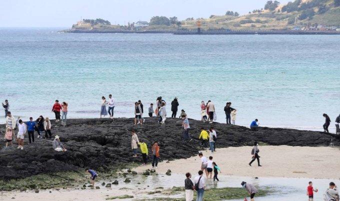 제주시 한림읍 협재 해변을 찾은 관광객들이 맑은 날씨 속에 즐거운 시간을 보내고 있다. /사진=뉴시스