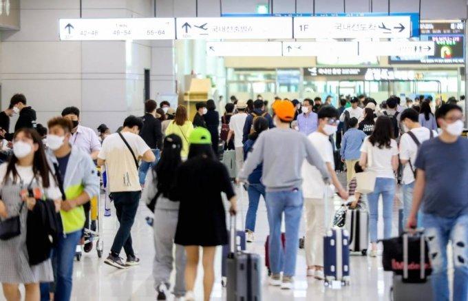 지난 5월 황금연휴를 마치고 귀경길에 나선 관광객들의 발길로 제주국제공항이 모처럼 붐비는 모습. /사진=뉴시스
