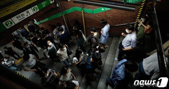 (서울=뉴스1) 안은나 기자 = 18일 오전 서울 중구 지하철 2호선 시청역에서 마스크 쓴 시민들이 출근하고 있다. 지난 17일 이곳에서 일하던 공사 안전관리요원 3명이 신종 코로나바이러스 감염증(코로나19) 확진판정을 받은 것으로 알려졌다. 서울교통공사는 이에 공사를 중단하고 시청역 전체를 방역했다. 2020.6.18/뉴스1