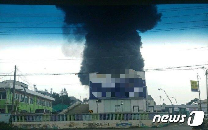 20일 오후 2시 18분께 대전 대덕구 대화동 플라스틱 제품 제조 공장 박스 창고에서 불이 나 검은 연기가 올라오고 있다.(제공=대전소방본부© 뉴스1