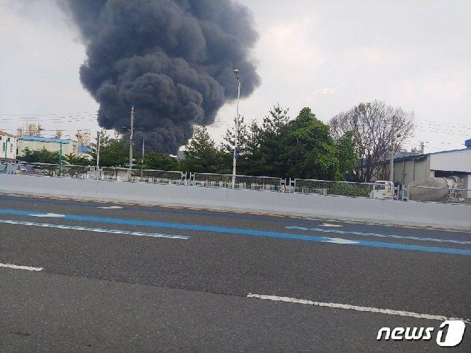 20일 오후 2시 18분께 대전 대덕구 대화동 플라스틱 제품 제조 공장 박스 창고에서 불이 나 검은 연기가 올라오고 있다.(제공=대전소방본부) © 뉴스1