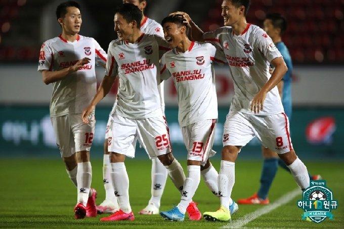 문창진(오른쪽에서 두 번째)이 골을 넣은 뒤 상주 동료들과 함께 기뻐하고 있다. /사진=한국프로축구연맹 제공